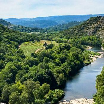Paysage de l'Ardèche avec une rivière